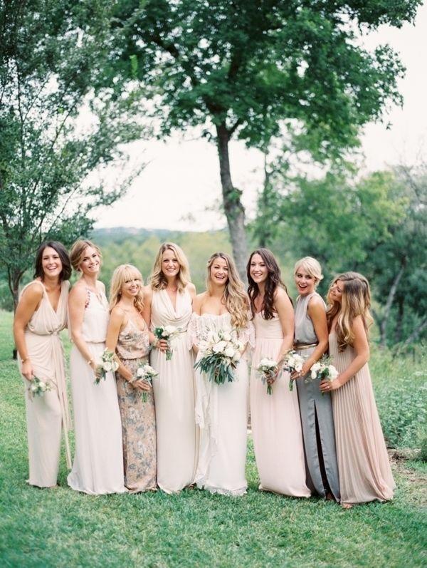 bruidsmeisjes in verschillende jurken