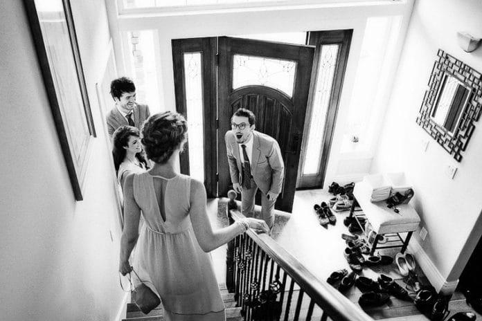 bruidegom mag de jurk niet zien